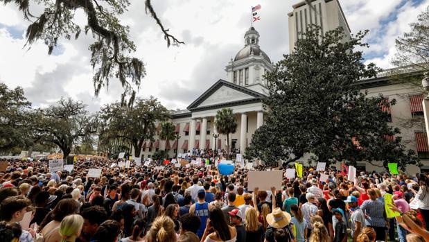 Florida eleva a 21 años la edad para comprar armas y permitirá que los profesores lleven pistola