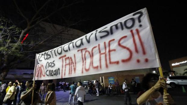 Seguidores del candidato a la presidencia Gustavo Petro, con una pancarta sobre el «castrochavismo», el pasado 2 de marzo en Cúcuta (Colombia)