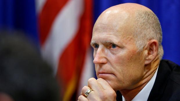 El Gobernador de Florida firma la ley de control de armas tras la matanza de Parkland