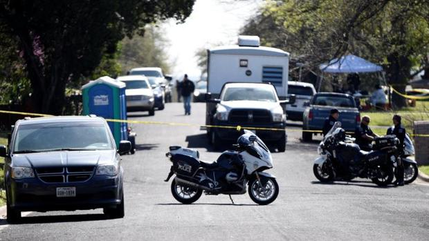 Un muerto y dos heridos al explotar dos poderosos explosivos en Texas en posibles atentados racistas