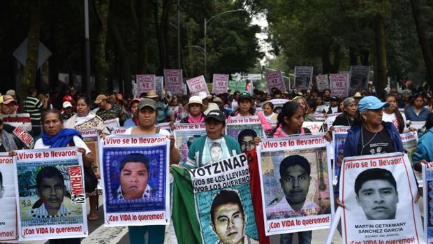Familiares de los 43 estudiantes desaparecidos en Ayotzinapa, durante una protesta en Ciudad de México