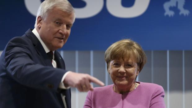 Seehofer y Merkel en una reunión de la CSU