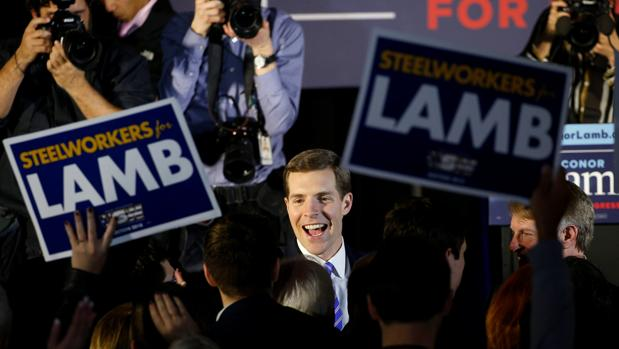 El candidato demócrata, Conor Lamb, recibido por seguidores en la noche electoral de Pensilvania