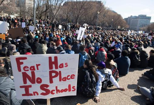 Miles de estudiantes hacen una sentada de 17 minutos, en recuerdo de los 17 víctimas del tiroteo en Florida, durante una marcha en favor del control de armas que se ha dirigido a la Casa Blanca, en Washington