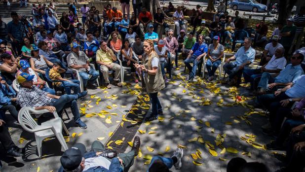 Lilian Tintori, esposa de Leopoldo López, participa en una de las asambleas en contra de las presidenciales