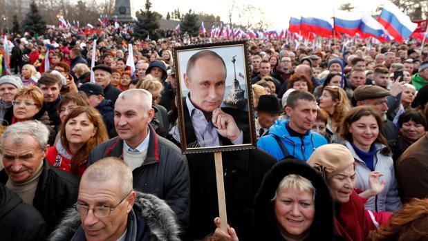 Una multitud de rusos asiste a un acto con motivo del cuarto aniversario de la anexión de Crimea en Sebastopol
