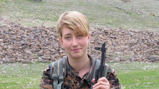 La joven Anna Campbell, posando con el uniforme de las YPJ en Afrín