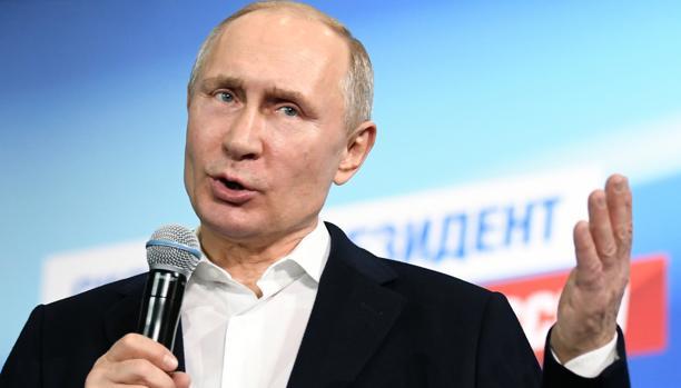 Putin se dirige a su equipo en el cuartel general de su campaña electoral en Moscú