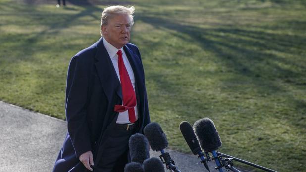 Donald Trump, atendiendo a los medios de comunicación