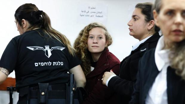 Ahed Tamimi (c), la adolescente palestina detenida el pasado diciembre por golpear a un soldado israelí