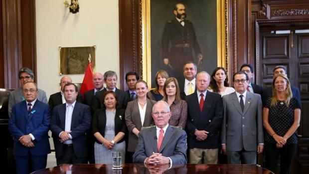 Pedro Pablo Kuczynski, rodeado de su Ejecutivo, se dirige a la nación desde el Palacio de Gobierno, este miércoles en Lima