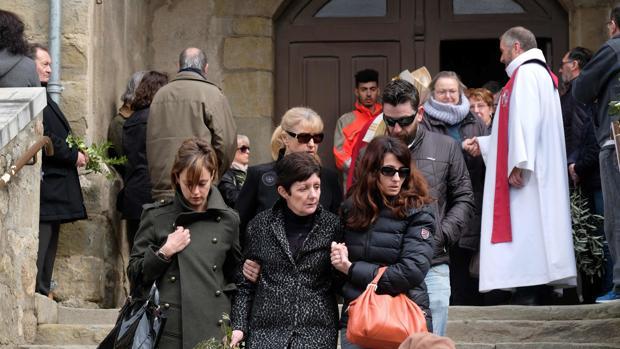 Familiares de las víctimas asesinadas en el atentado de Trèbes, a la salida de una misa funeral celebrada en la localidad francesa