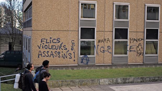 Pintada en el barrio de Bobigny (periferia norte de París): «Policías, violadores, asesinos»