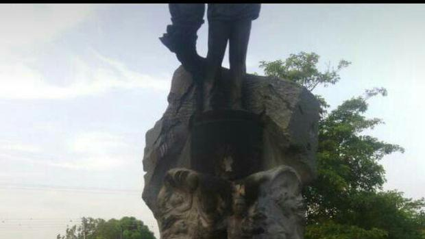 Estatua de Hugo Chávez quemada en Sabaneta (estado Barinas)