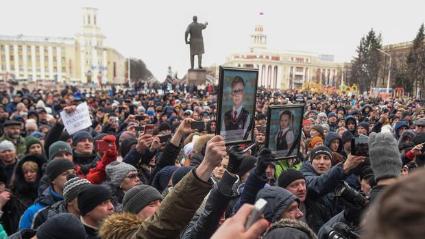 Cientos de personas se manifestaron hoy en la plaza de los Sóviets, en Kémerovo, en recuerdo de las víctimas del incendio en un centro comercial