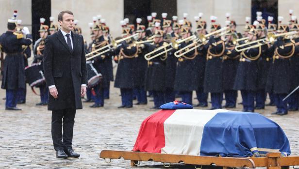 El presidente francés, Emmanuel Macron (i), durante el homenaje