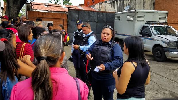 La policía lee una lista con los nombres de los supervivientes a los familiares de los reclusos