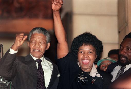 Winnie y Nelson Mandela, a la salida de este último de la cárcel de Victor Verster
