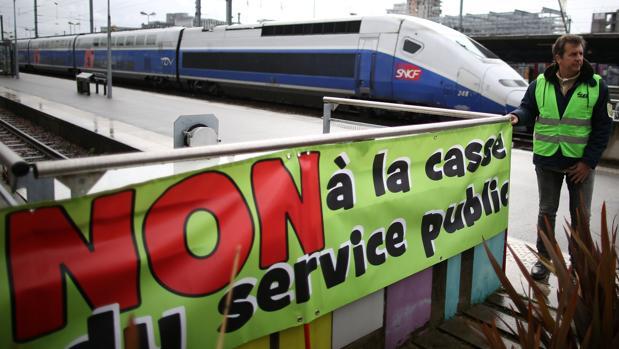 Un sindicalista de los ferrocarriles franceses (SNCF), durante la huelga en la estación de Nantes