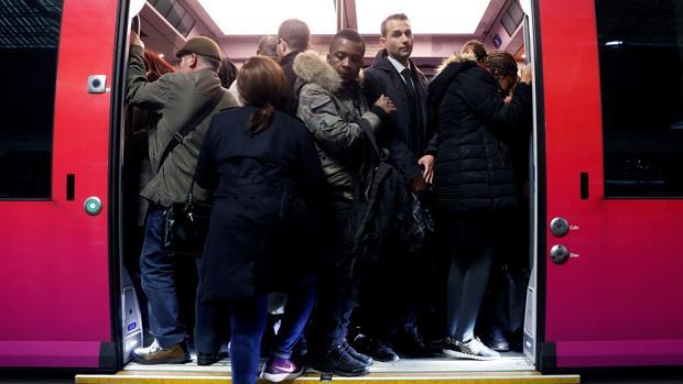 Un tren regional TER repleto de pasajeros durante la huelga de trabajadores de la estatal Sociedad Nacional de Ferrocarriles francesa (SNCF), en la estación Saint-Lazare, en París (Francia)