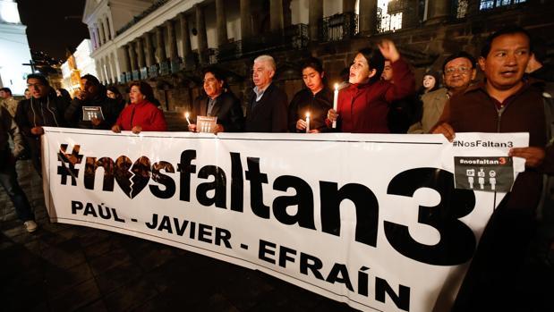 Familiares y grupos de periodistas se concentran frente al Palacio de Gobierno de Quito (Ecuador)