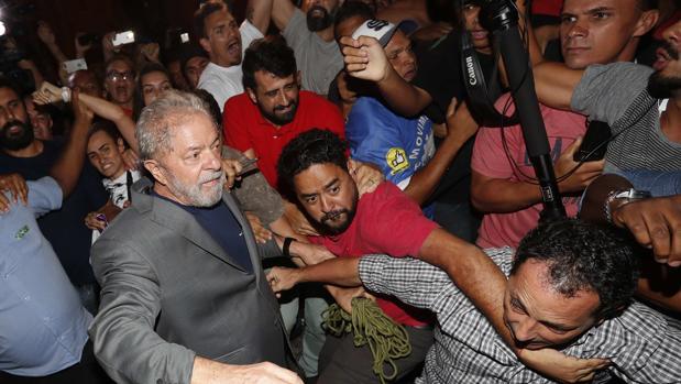 Lula ingresa en la prisión de Curitiba después de entregarse a la Policía