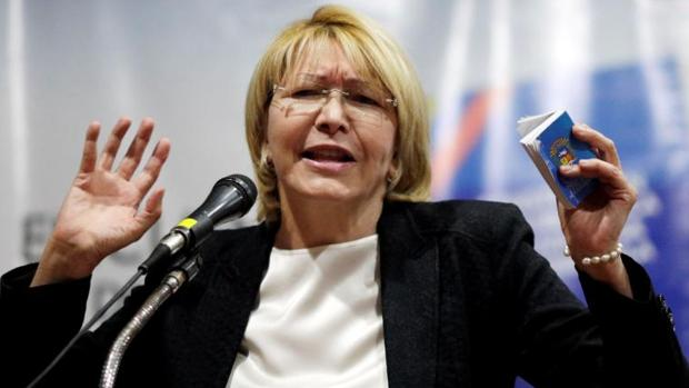 Luisa Ortega, con la Constitución chavista en la mano, durante un acto en Caracas el 6 de agosto de 2017, un día después de su destitución
