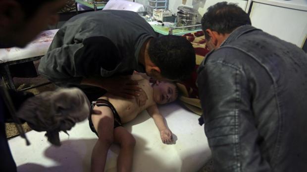Un niño presuntamente intoxicado por el ataque es tratado en un hospital de Duma