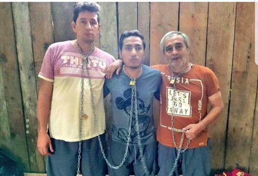 Los periodistas y el conductor ecuatorianos, durante el secuestro