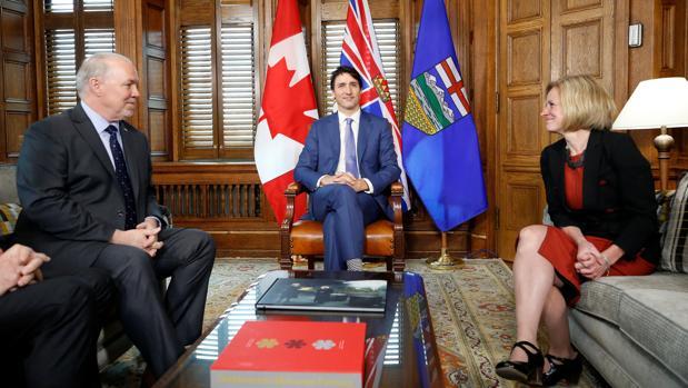 El primer ministro de Canadá, Justin Trudeau, entre el premier de la Columbia Británica, John Horgan, y la de Alberta, Rachel Notley, este domingo en Ottawa