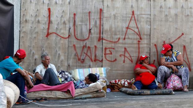Partidarios de Lula, acampados cerca del lugar donde está detenido