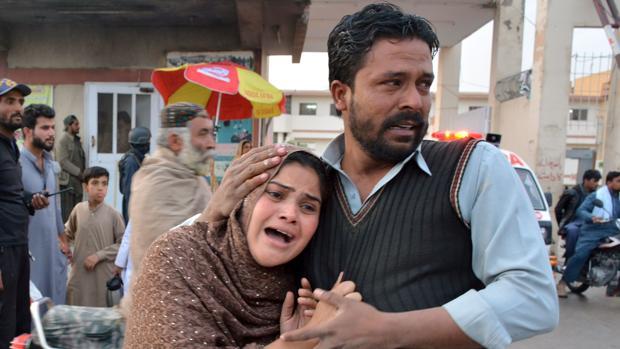 Dos católicos paquistaníes de Quetta muestran su dolor por el ataque de ayer