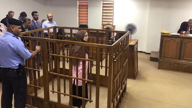 La yihadista francesa Djamila Boutoutaou asiste a su juicio en el Tribunal penal central de Bagdad