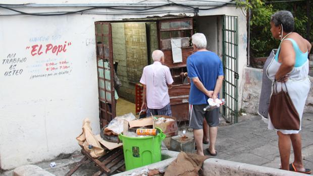 Ciudadanos cubanos hacen cola para recibir los productos de la cartilla de racionamiento en 2016