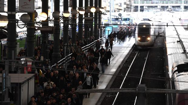En esta foto de archivo tomada el 4 de abril, 2018 pasajeros caminan en la plataforma de la estación de trenes Gare du Nord en París el segundo día de tres meses de huelgas