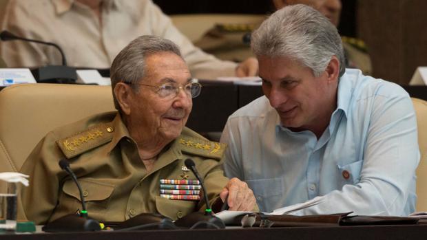 El nuevo presidente de Cuba, Miguel Díaz-Canel (derecha), ayer con su todavía antecesor, Raúl Castro