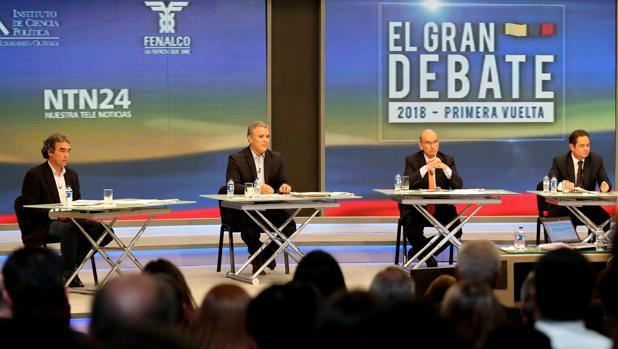 Los candidatos a la Presidencia de Colombia (i-d) Sergio Fajardo, Iván Duque, Humberto De la Calle y Germán Vargas Lleras participan en el primer gran debate nacional