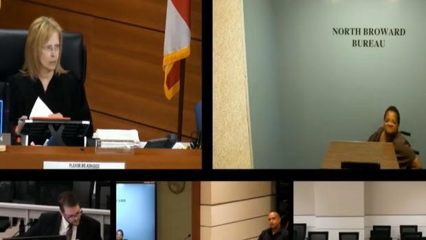 Imagen de la comparecencia de la detenida por videoconferencia ante la jueza Merrilee Ehrlich