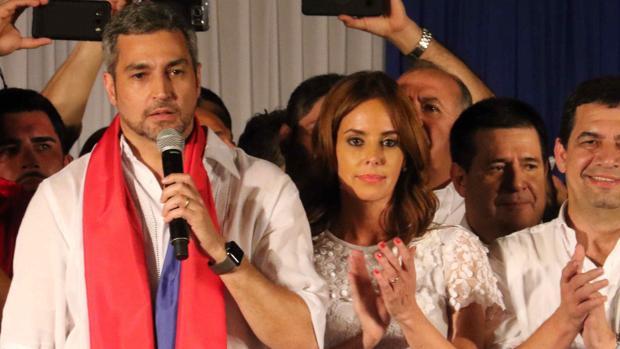 El candidato del gobernante Partido Colorado, el conservador Mario Abdo Benítez (i)