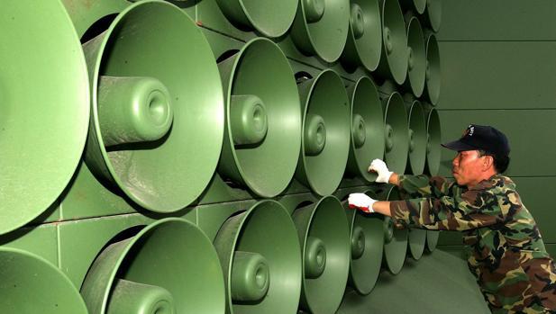 Un soldado de Corea de Sur apaga el sonido de los amplificadores