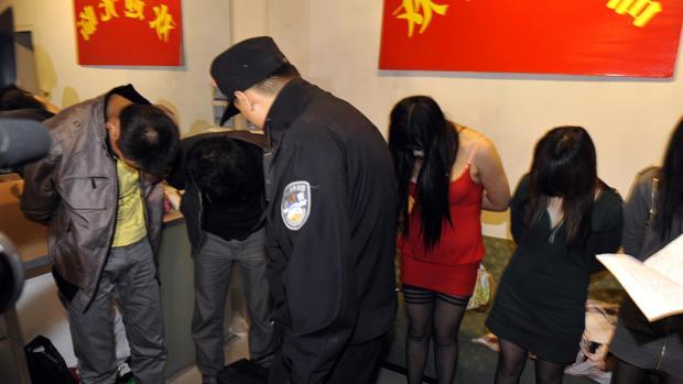 Imagen de archivo de una redada en un karaoke en China