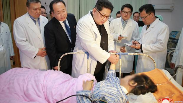 Kim Jong-un, mientras visita a heridos por un accidente de tráfico en Corea del Norte