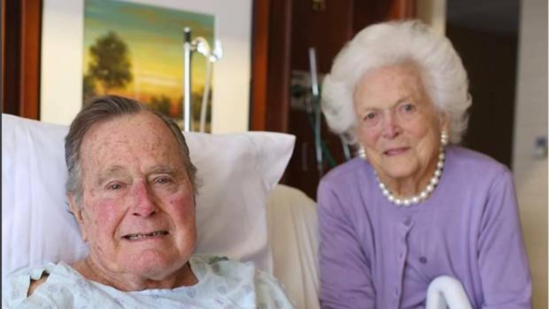Hospitalizan a George Bush padre días después de la muerte de su esposa