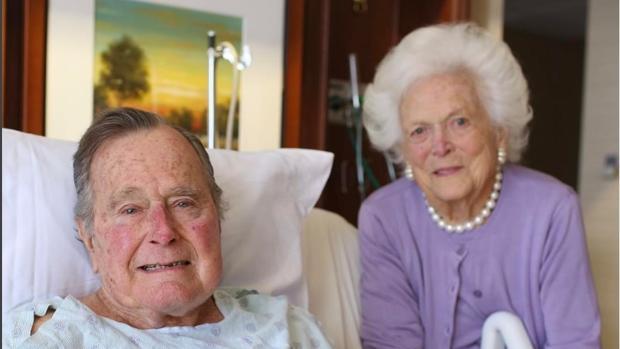 Barbara y George Bush padre, en un hospital de Texas