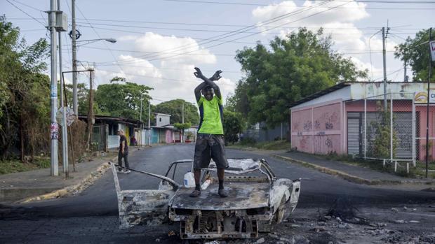 Un manifestante protesta en Managua, este domingo