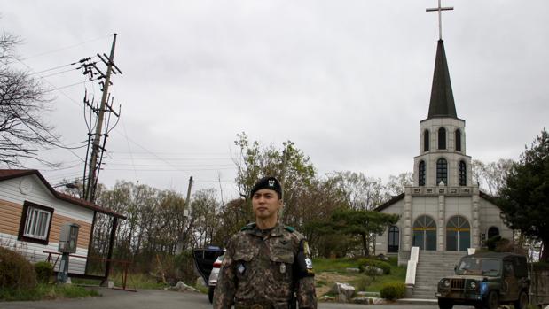 El pueblo de Taesung cuenta con una iglesia, protegida por los soldados