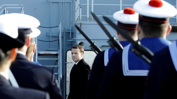 El presidente Macron pasa revista a la guardia de honor de uno de los barcos de la Armada francesa