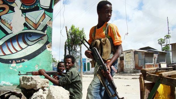 Niños armados custodian un enclave islamista en Mogadiscio