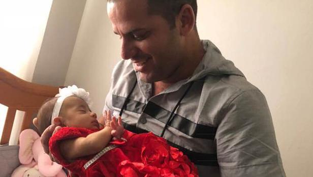 Yoelvis Gattorno posa con su hija Valeria tras obtener su custodia