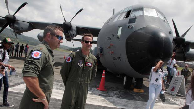 Miembros de la tripulación de un avión de la Fuerza Aérea de Estados Unidos